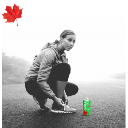Athlet mit einer Flasche Maple 3 Ahornwasser in voller Anstrengung in Quebec