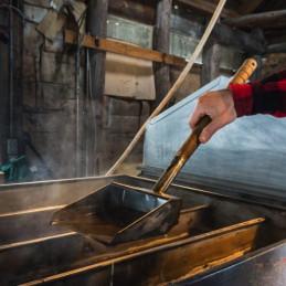 Preparare lo sciroppo d'acero in una baracca di zucchero del Quebec