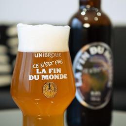 verre de biere rempli avec de la fin du monde d'unibroue du canada