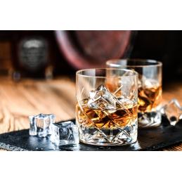 whisky d'incantesimo di prestigio in un bicchiere con cubetto di ghiaccio dal quebec