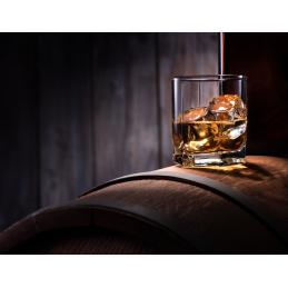 verre de whisky sortilège sur un tonneau en chêne du quebec