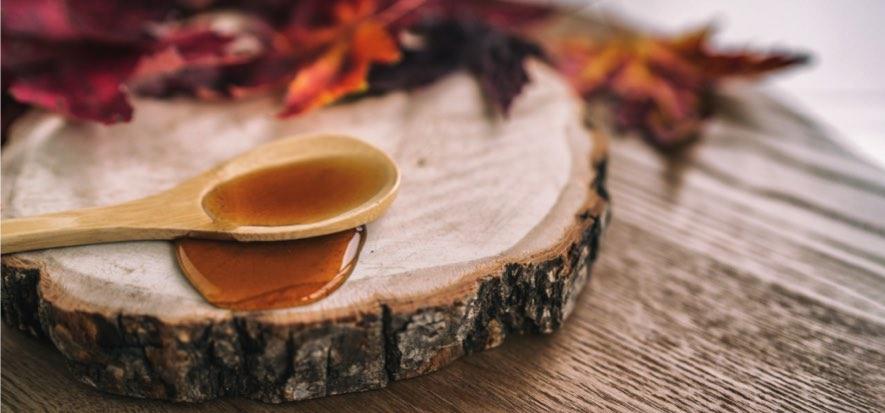 Houten plank met ahornsiroop