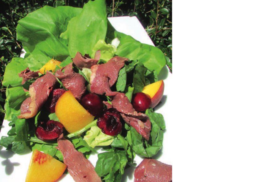 Salade tendre au magret fumé et cerises