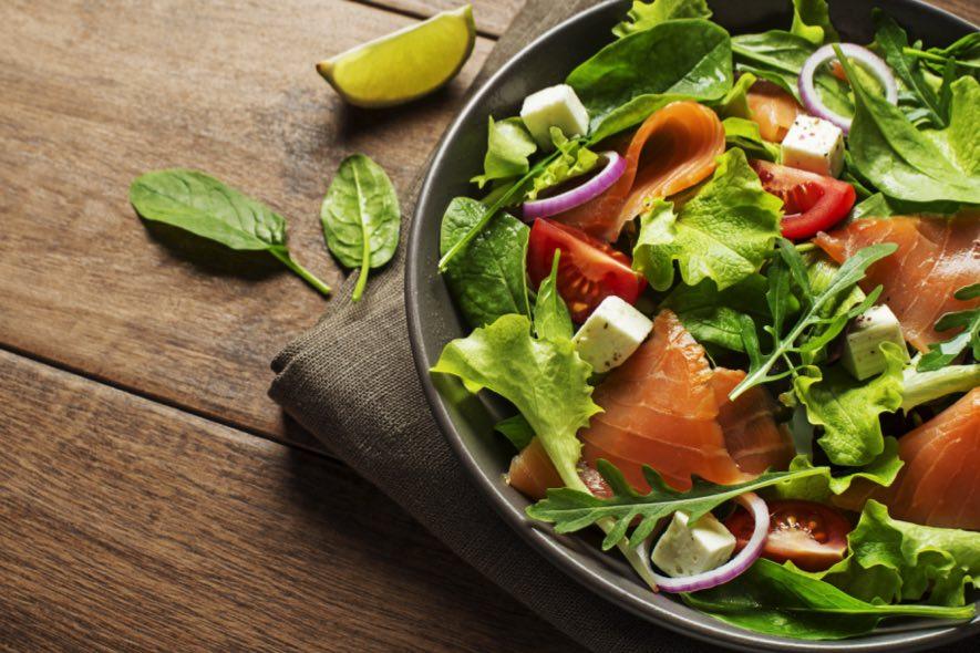 Salade de tomates fraîches au saumon fumé